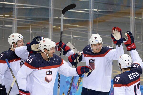 Игроки сборной США радуются забитому голу в четвертьфинальном матче между сборными командами США и Чехии