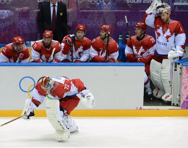 Российский голкипер Сергей Бобровский выходит на лед вместо Семена Варламова (крайний справа) во встрече с финнами
