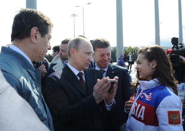 Владимир Путин (в центре), Александр Жуков, Аделина Сотникова и заместитель председателя правительства РФ Дмитрий Козак