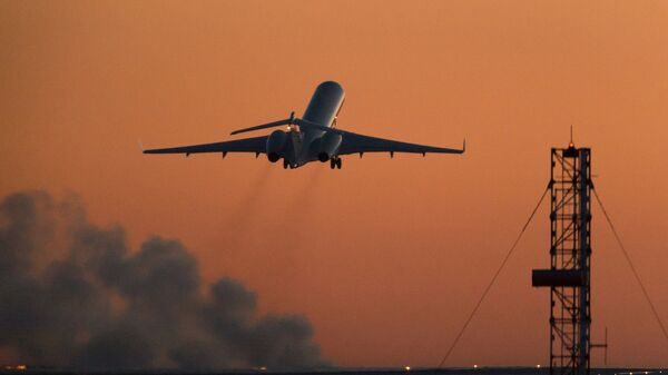Самолет взлетает с ВПП