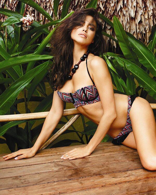 Топ модель Ирина Шейк демонстрирует коллекцию  купальников сезона весна-лето 2014.