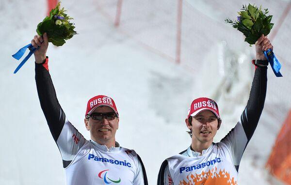 Слева направо: Валерий Редкозубов и ведущий Евгений Героев