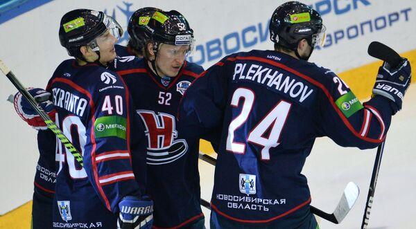Хоккеисты Сибири радуются забитому голу в ворота Ак Барса