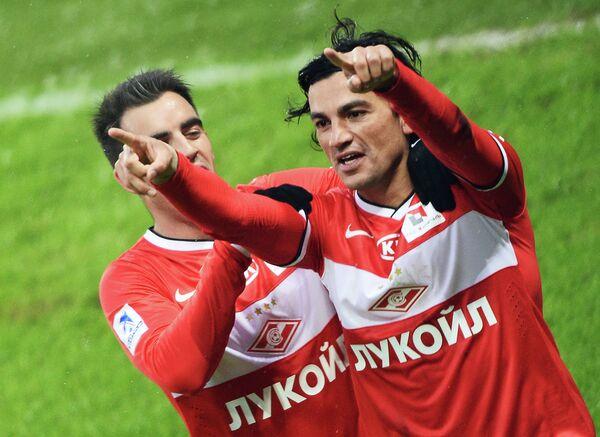 Полузащитник Спартака Тино Коста (справа) радуется забитому голу