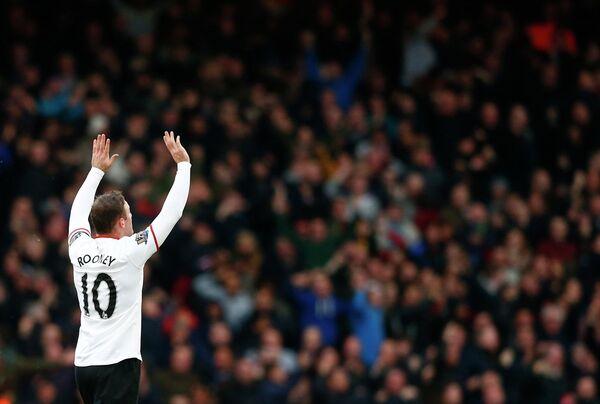 Нападающий Манчестер Юнайтед Уэйн Руни празднует забитый в ворота Вест Хэма мяч