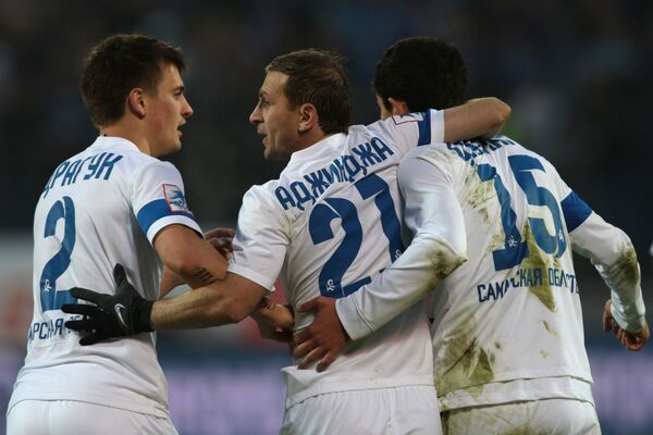 Футболисты Крылья Советов радуются забитому голу