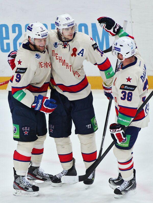 Хоккеисты СКА Тони Мортенссон, Виктор Тихонов и Кевин Даллмэн радуются заброшенной шайбе в ворота Локомотива