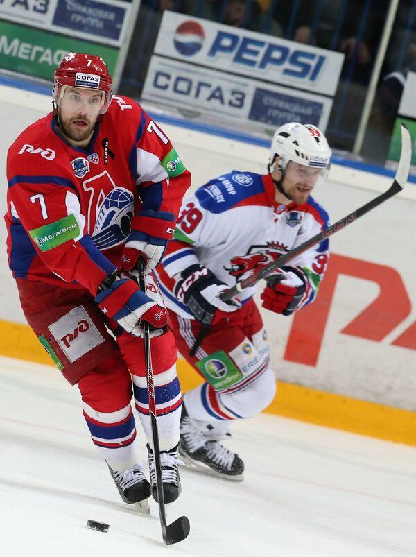 Защитник Локомотива Юнас Холес (слева) и нападающий Льва Нико Капанен
