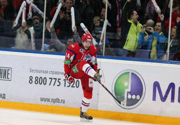 Защитник Локомотива Егор Яковлев радуется заброшенной шайбе в ворота Льва