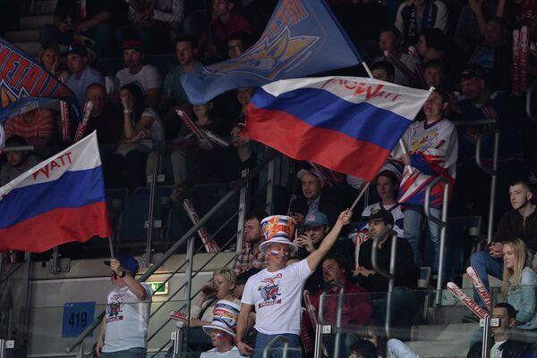 Российские болельщики в матче финальной серии плей-офф Континентальной хоккейной лиги между ХК Лев (Чехия, Прага) и ХК Металлург (Россия, Магнитогорск)