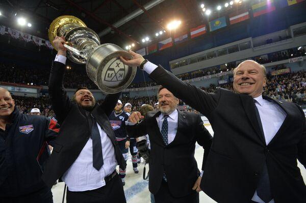 Главный тренер хоккейного клуба Металлург Майк Кинэн (справа) во время церемонии награждения победителей Кубка Гагарина