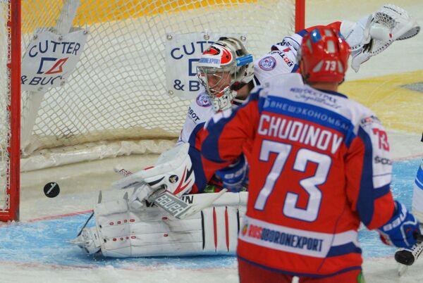 Вратарь сборной России Антон Худобин (слева) пропускает шайбу от хоккеистов сборной Финляндии