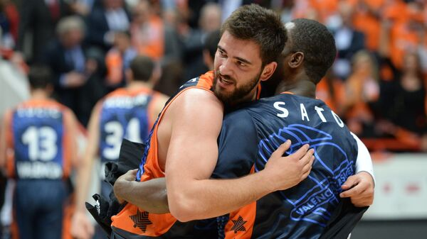 Баскетболисты Валенсии Хуанхо Тригейро и Ромэйн Сато радуются победе в финальном матче Кубка Европы 2013/2014