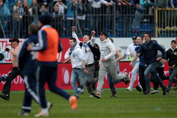 Болельщики ФК Зенит на поле во время матча 29-го тура чемпионата России по футболу