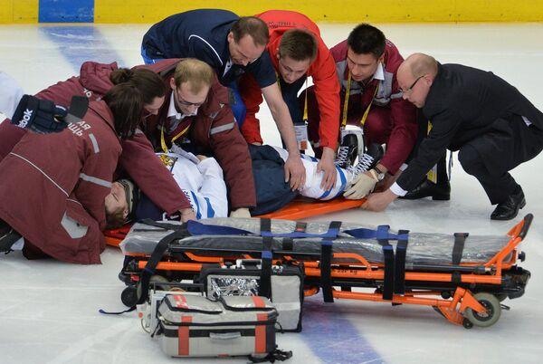 Медики оказывают первую помощь игроку сборной Финляндии Пекке Йормакку (в центре)