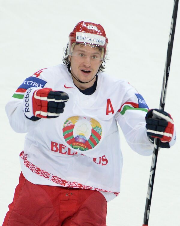 Нападающий сборной Белоруссии Михаил Грабовский радуется забитому голу