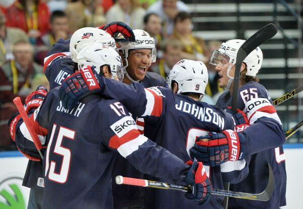 Хоккеисты сборной США радуются забитому голу