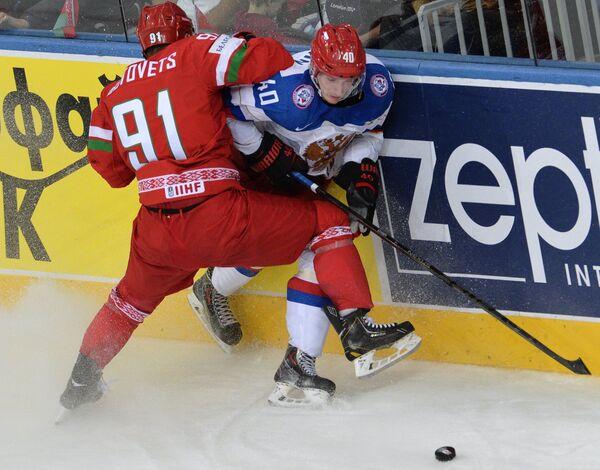 Защитник сборной Белоруссии Кирилл Готовец (слева) и форвард сборной России Сергей Калинин