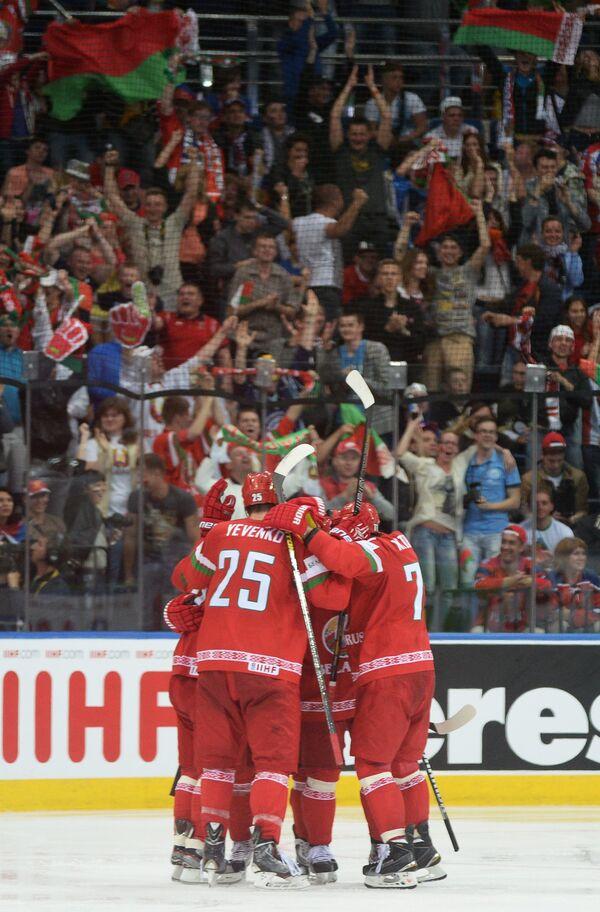 Хоккеисты сборной Белоруссии радуются забитому голу