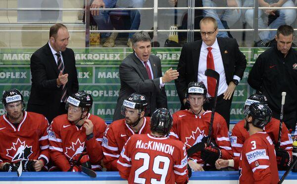 Главный тренер сборной Канады Дэйв Типпетт (второй слева) в четвертьфинальном матче чемпионата мира по хоккею