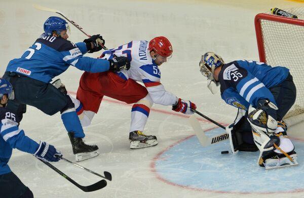 Защитник сборной Финляндии Томми Кивисте, форвард сборной России Сергей Широков и вратарь сборной Финляндии Пекка Ринне (слева направо)