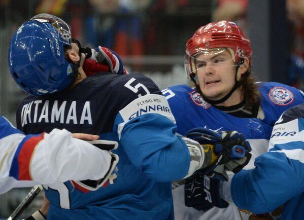 Защитник сборной Финляндии Атте Охтамаа (слева) и форвард сборной России Виктор Тихонов