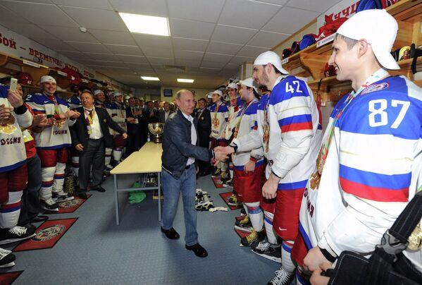 Президент России Владимир Путин (в центре) поздравляет игроков сборной России