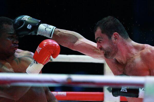 Российский боксер Рахим Чахкиев (справа) и колумбийский боксер Сантандер Сильгадо