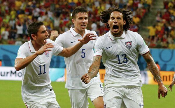 Футболисты сборной США празднуют гол Джермейна Джонса.