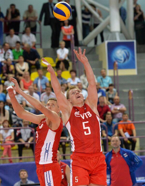 Волейболисты сборной России Николай Апаликов и Сергей Гранкин (справа)