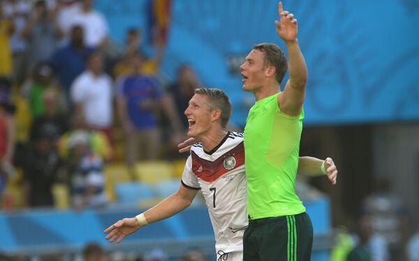 Футболисты сборной Германии Бастиан Швайнштайгер (слева) и вратарь сборной Германии Мануэль Нойер
