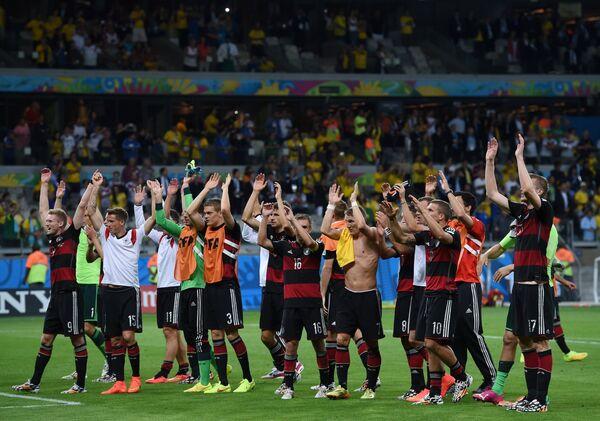 Футболисты сборной Германии радуются победе.