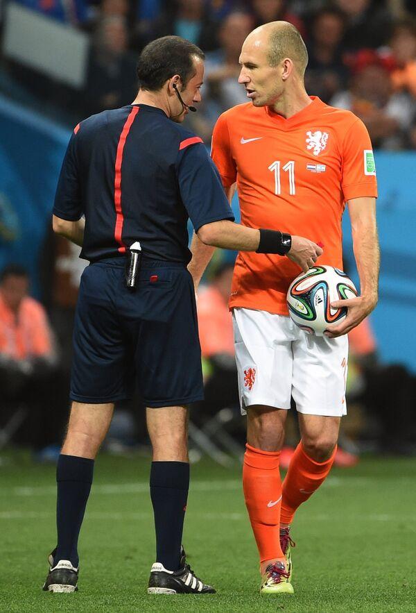 Главный судья Джюнейт Чакыр и нападающий сборной Нидерландов Арьен Роббен (справа) в полуфинальном матче чемпионата мира.