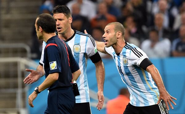 Главный судья Джюнейт Чакыр, защитники сборной Аргентины Мартин Демикелис, Хавьер Маскерано (слева направо).