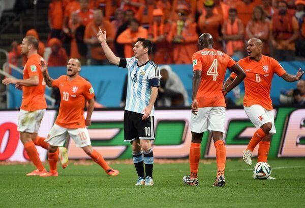 Рон Влар, Уэсли Снейдер, Бруно Мартинс Инди и Найджел де Йонг (слева направо). В центре - форвард сборной Аргентины Лионель Месси.
