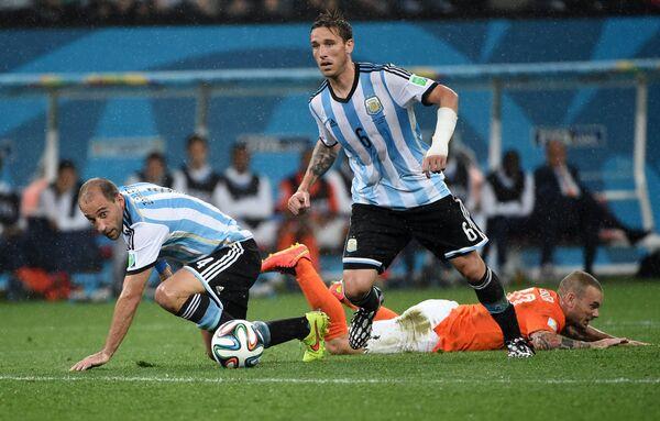 Пабло Сабалета, полузащитник Лукас Билья и полузащитник сборной Нидерландов Уэсли Снейдер (слева направо).