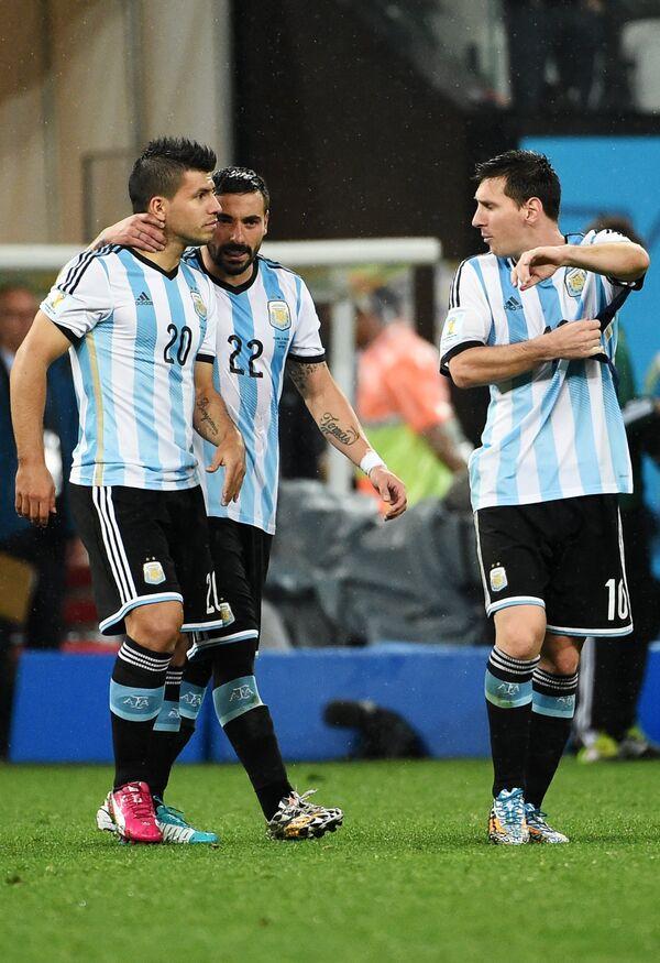 Аргентины Серхио Агуэро, Эсекьель Лавесси и Лионель Месси