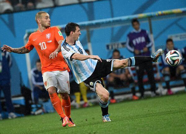 Уэсли Снейдер и форвард сборной Аргентины Лионель Месси (справа)