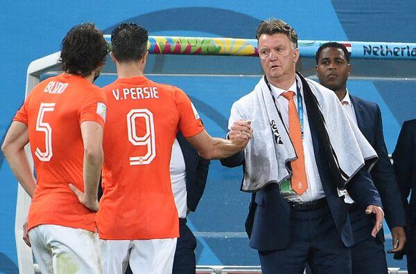 Дэйли Блинд, нападающий Робин ван Перси и главный тренер сборной Нидерландов Луи ван Гал (слева направо).