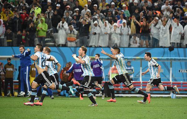 Футболисты сборной Аргентины Серхио Агуэро, Родриго Паласио, Лукас Билья, Маркос Рохо и Лионель Месси (слева направо) радуются победе в полуфинальном матче чемпионата мира.