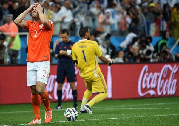 Рон Влар и вратарь сборной Аргентины Серхио Ромеро (справа).