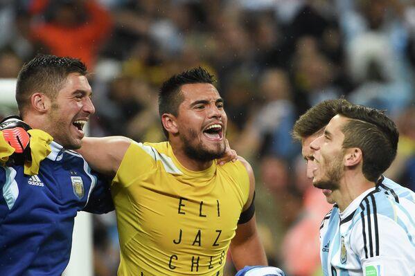Вратарь сборной Аргентины Серхио Ромеро (в центре) радуется победе своей команды
