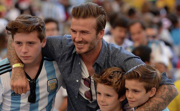 Британский футболист Дэвид Бекхэм с детьми.
