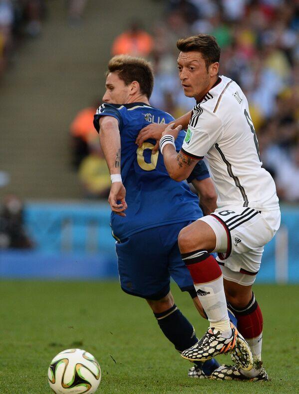 Лукас Билья (слева) и полузащитник сборной Германии Месут Озил.