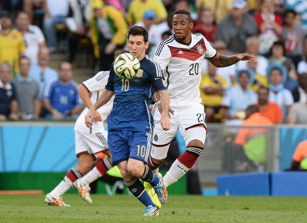Лионель Месси (слева) и защитник сборной Германии Жером Боатенг