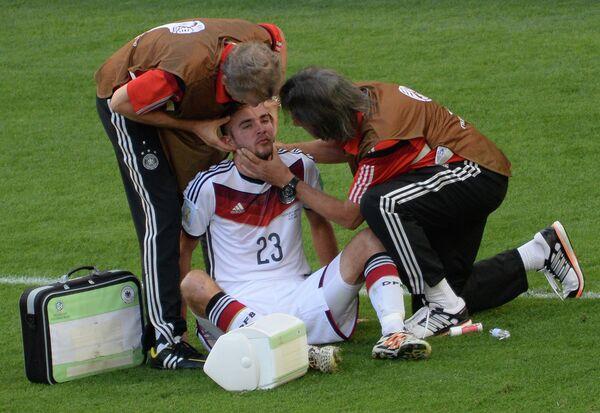 Медики оказывают помощь защитнику сборной Германии Кристофу Крамеру, получившему повреждение в финальном матче чемпионата мира.