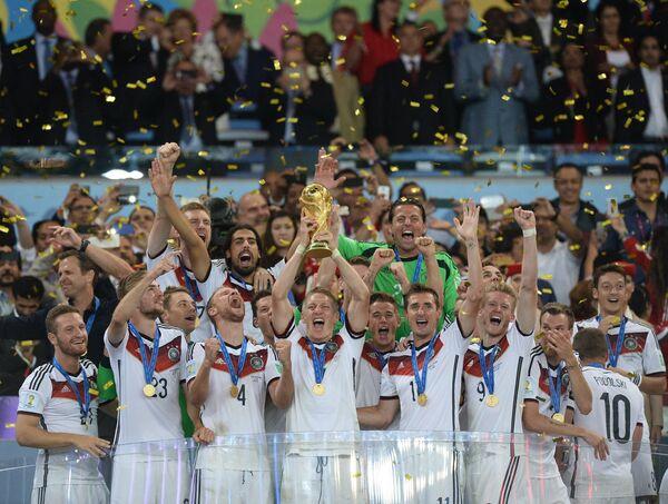 Футболисты сборной Германии во время церемонии награждения.