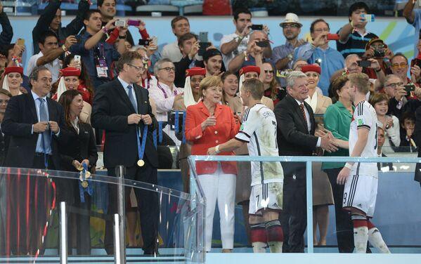 Канцлер Германии Ангела Меркель принимает участие в награждении игроков сборной Германии
