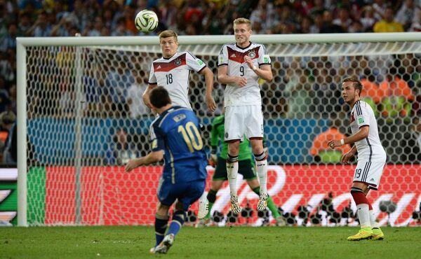 Форвард сборной Аргентины Лионель Месси (на первом плане) исполняет штрафной удар в финальном матче ЧМ-2014