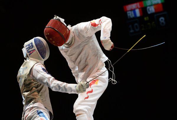 Французский спортсмен Энзо Лефорт (слева) и китайский спортсмен Лэй Шэн